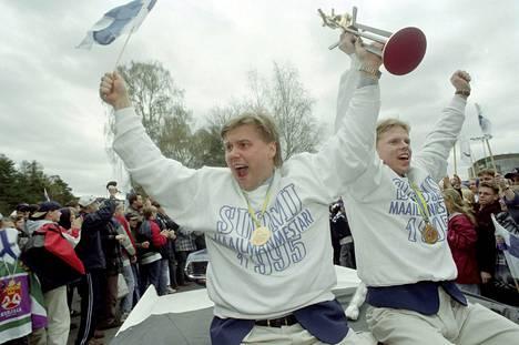 Kapteeni Timo Jutila ja turnauksen parhaaksi pelaajaksi valittu Saku Koivu esittelivät MM-pokaalia faneille, kun joukkue oli saapunut Helsinkiin.