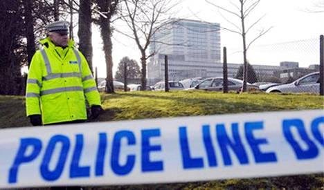 Poliisi vahti Swanseassa sijaitsevaa autorekisterikeskuksen toimistotaloa.