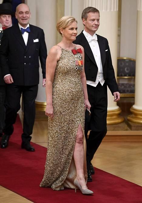 RKP:n kansanedustaja Eva Biaudet ja Thomas Forsström. Evan paljettimekon halkio oli rohkea.