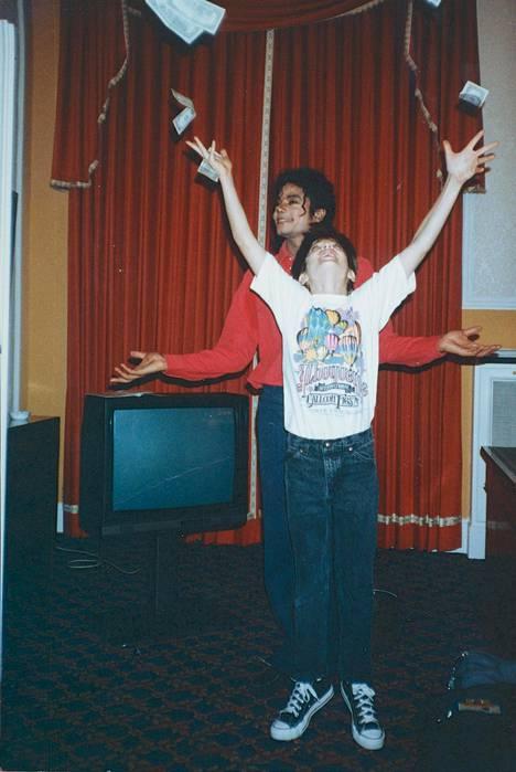Michael Jackson kuvattuna James Safechuckin kanssa 1988.