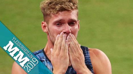 Kevin Mayer puhkesi kyyneliin kymmenottelun keskeytettyään.