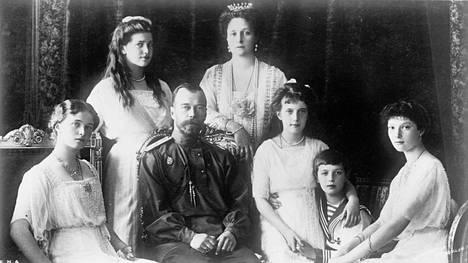 Nikolai II ja hänen vaimonsa Alexandra sekä tyttäret (vas.) Olga, Maria, Anastasia, Tatjana ja poika, kruununperijä Aleksei.
