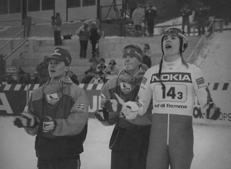 Vesa Hakala (oik.) jännitti Val di Fiemmen MM-kisoissa 1991 joukkuehopean kohtaloa Raimo Ylipullin ja Ari-Pekka Nikkolan kanssa. Hyppyvuorossa oli Risto Laakkonen.
