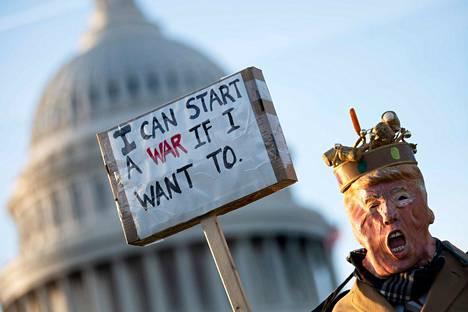 Yhdysvalloissa osoitettiin mieltä Trumpin sotilaallisia toimi vastaan.