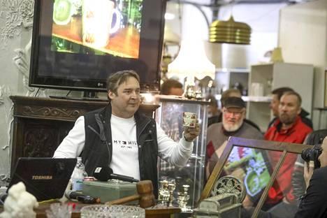 Viallinen muumimuki myytiin sunnuntaina huutokaupassa Turengissa.