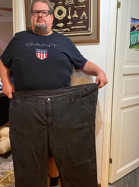 Lehtosen paino on pudonnut vuodessa noin 40 kiloa. Yksi vanha housupari on saanut jäädä muistuttamaan menneistä kiloista.
