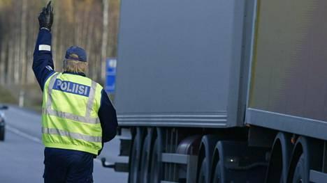 Poliisi valvoi tehostetusti raskasta liikennettä viime viikolla. Arkistokuva.