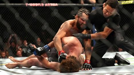 Lattiassa makaava Ben Askren koki kovia Jorge Masvidalia vastaan.