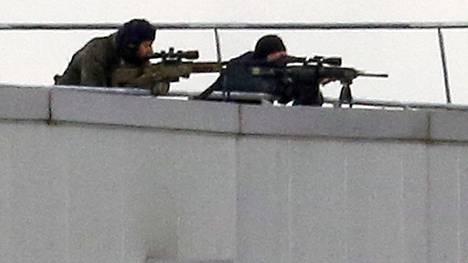 Erikoisjoukot piirittämässä painotaloa, jonne terrori-iskusta epäillyt jihadistiveljekset linnoittautuivat Dammartin-en-Goelessa.