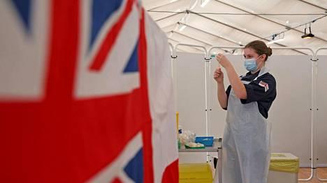Hoitaja valmisteli AstraZenecan rokoteannosta Bathissa, Englannissa keskiviikkona.