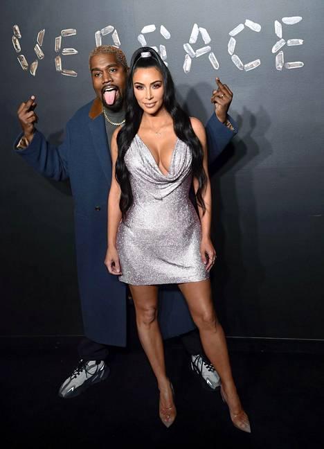 Kim Kardashian ja hänen miehensä Kanye West kuvattuna punaisella matolla.