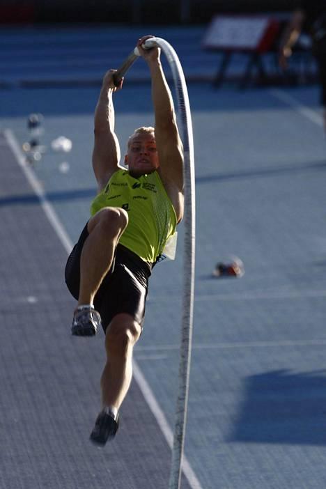 Mononen vuonna 2007 Kalevan kisoissa. Hän voitti tuolloin uransa kolmannen ja viimeiseksi jääneen ulkoratojen Suomen mestaruuden.