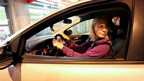 Kuka väistää, kun autoa peruutetaan parkkiruutuun? Sääntö selvä, mutta tilannetajuakin pitää olla