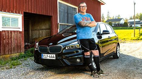 """Marko Yrttimaa maksaa BMW 225Xe Active Tourerista 400 euroa kuussa. Maksu kattaa muun muassa huollot, korjaukset, vakuutukset ja renkaiden vaihdot. """"Tässä ei oikeasti ole mitään piilokuluja"""", Yrttimaa sanoo."""