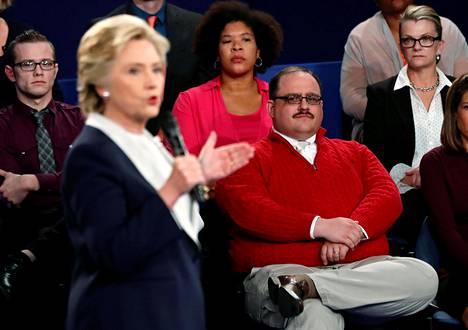 Punaiseen villapaitaan sonnustautunut Ken Bone päätyi muun muassa internet-meemien materiaaliksi esiinnyttyään toisessa vaaliväittelyssä.