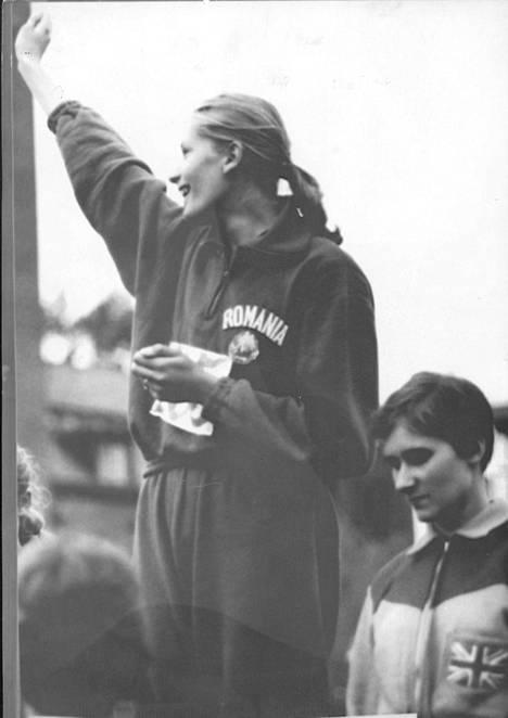 Balas tuuletti voittamansa kultamitalia Tukholman EM-kisoissa 1958.