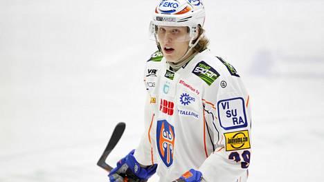 Patrik Laine debytoi Tapparan liigajoukkueessa 16-vuotiaana kaudella 2014–15.