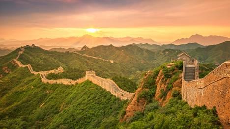 Kuvassa komeilee Kiinan muuri, joka on yksi maailman tunnetuimmista nähtävyyksistä. Tiedosta ei kuitenkaan tässä visassa ole apua.