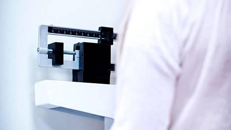 Korkea kolesteroli voi vaivata monen eri painoisia ihmisiä.