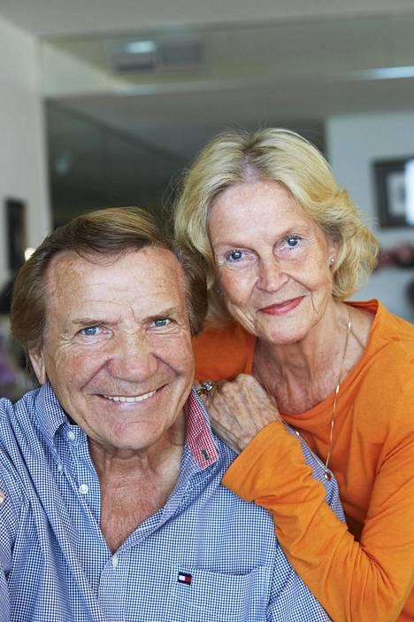 Eino Grönin vaimo Marjatta on asunut hoivakodissa jo useamman vuoden ajan. Vierailut hoivakotiin on nyt kielletty koronan takia ja Grön on pitänyt yhteyttä vaimoonsa puhelimitse.