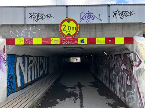 Koskelassa Lahdenväylän alittavan alikulun suuaukolla on varoituskyltti, joka kertoo tunnelin olevan poikkeuksellisen matala.