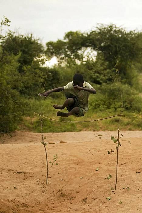Raskas vedenhakukaan ei ole niin rankkaa, etteikö samalla voisi kilpailla vaikka korkeushypyssä.