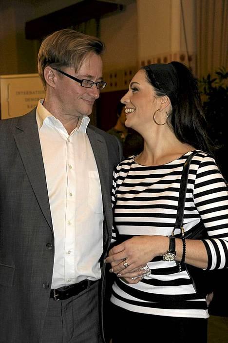 Näin iloisissa tunnelmissa Jungnerit poseerasivat tammikuun 22. päivä presidenttiehdokas Paavo Lipposen vaalivalvojaisissa.