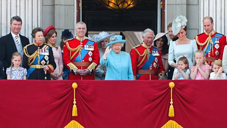 Kuva kesäkuulta 2018. Kuninkaalliset miehet käyttävät usein edustustilaisuuksissa sotilasunivormujaan. Kuningattaren vasemmalla puolella prinssi Andrew.