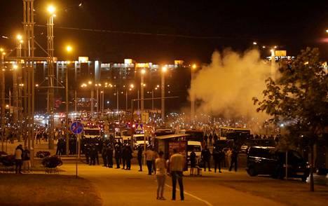 Mielenosoittajat pitelivät käsissään valoja.