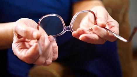 Nikkelin liukenemista on rajoitettu silmälasinkehysten lisäksi muun muassa koruissa, vaatetuksen napeissa ja vetoketjuissa. Kuvituskuva.