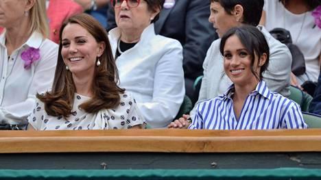 Herttuatar Meghan pidätteli kyyneleitä Serena Williamsin tappion varmistuttua – kaksikon ystävyys alkoi yllättävissä merkeissä