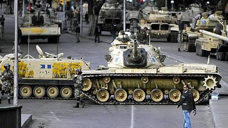 Mies käveli armeijan sulkemalla kadulla Kairossa sunnuntaina.
