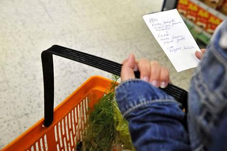 Ruokakaupassa asiointi korona-aikana askarruttaa monia.