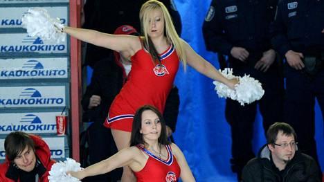 Perinteikäs tanssiryhmä Big Red Cats Cheerleaders HIFK:n ja Jokereiden välisessä 7. puolivälieräottelussa vuonna 2011.