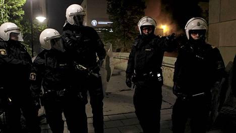 Melakkapoliisit olivat paikalla Husbyssä keskiviikon ja torstain välisenä yönä suitsimassa levottomuuksia.