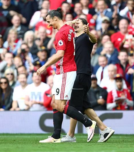 Syyskuussa 2016 ManU:n ja Leicesterin kohtaamisessa kentälle juoksi Zlatanin kaksoisolento. Tämän vale-Zlatanin henkilöllisyys ei ole tiedossa.