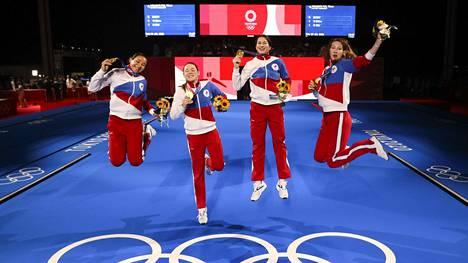 Inna Deriglazova (vas.), Adelina Zagidullina, Larisa Korobeynikova ja Marta Martyanova voittivat floretin joukkuekultaa Tokiossa torstaina.