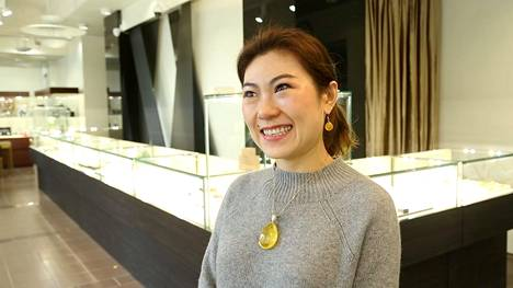 Yolinxury-liikkeen perustaja Lin Han kertoo, että kiinalaisasiakkaat pitävät meripihkakoruja samaan aikaan sijoituskohteina ja yksityisinä osina omaa tyyliä.