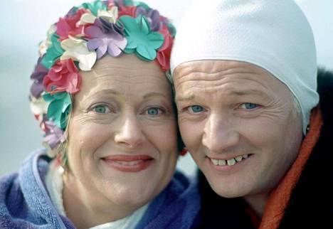 Josephine Tewson nähtiin tilannekomedioissa jo ennen Pokka pitää- tähteyttä. Odd man out -sarjassa (1977) hän näytteli John Inmanin kanssa puolisisaruksia.