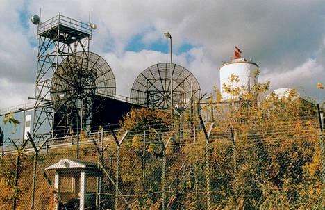 Länsi-Berliinin Teufelsbergissä sijaitsi amerikkalaisten ja englantilaisten joukkojen kuunteluasema, joka valvoi radioliikennettä. Kuuntelusäde ulottui aina Neuvostoliiton alueelle asti.