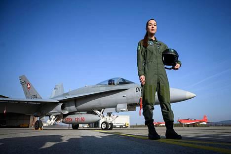 """Hävittäjän kuski. Yliluutnantti Fanny Chollet, 28, on Sveitsin armeijan ensimmäinen nainen hävittäjälentäjänä. Lempinimellä """"Shotty"""" tunnettu Chollet poseeraa Hornet F/A-18:n kanssa Payernen lentotukikohdassa."""