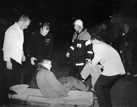 Yliluutnantti Kimmo Niemelä käveli itse helikopterista paareille Kuopion palolaitoksen pihalla.