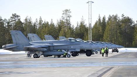 Pohjois-Ruotsissa sotaharjoitellaan maassa ja ilmassa – Suomi mukana