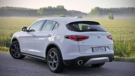 Takaosastaan Stelvio muistuttaa hyvin paljon FCA-yhtymän toista tuoretta katumaasturia, Maserati Levantea, mutta muodoiltaan selkeästi onnistuneempana. Silti näillä autoilla ei ole teknisesti käytännössä mitään yhteistä. Alfa Romeo Stelvion vahvimpia ominaisuuksia ovat luokassaan pirteä suorituskyky ja nautittavat ajo-ominaisuudet. Tehokkaampi bensiiniversio kirmaisee nollasta sataan 5,7 sekunnissa.