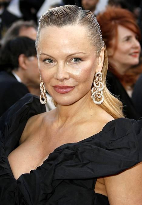 Pamela Anderson on vegaani ja hänet tunnetaan eläintenoikeuksien puolestapuhujana. Anderson on eläinoikeusjärjestö PETAn jäsen.