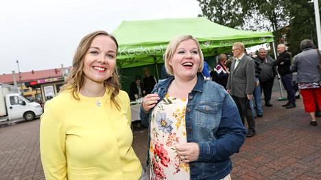 Katri Kulmuni ja Annika Saarikko poseerasivat hymyssäsuin keskustan tilaisuudessa Loimaan torilla kolme viikkoa sitten.