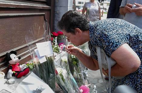 Surmansa saaneen poliisin Soraya Belkacemin äiti Bernadette Hennart kävi tyttärensä surmapaikalla keskiviikkona
