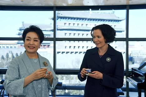 Vierailun yhteydessä presidenttien puolisot saivat nauttia yhteisestä teehetkestä.