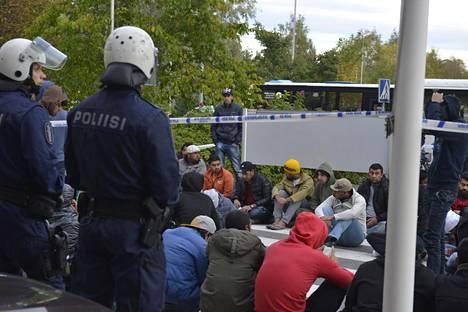 Mielenilmaus Oulun poliisitalon edustalla sujui rauhallisesti.