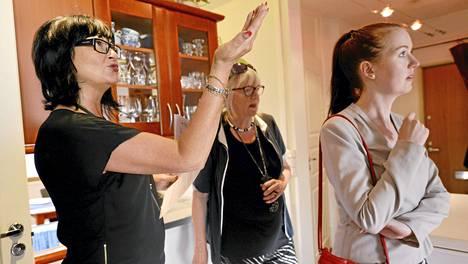 Kiinteistövälittäjä Pia Hurme (vas.) esitteli avarrettua keittiötä Leena Katajaiselle (oik.), joka oli etsimässä asuntoa äidilleen Aija Johanssonille Leppävaarassa Espoossa.